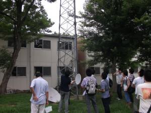 JA1YYEのタワーを見学する他大学のハム