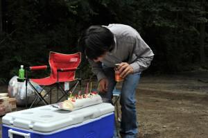 ケーキのロウソクを吹き消す福家さん